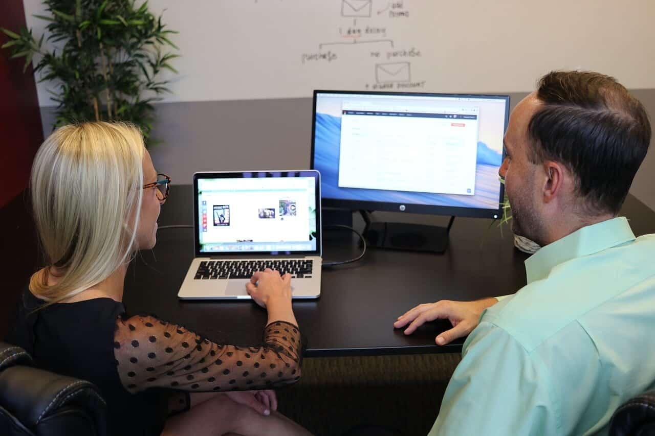 ישיבה אל מול מחשב בחברת פרסום דיגיטלית ג'נסיס - יתרונות של סוכנות פרסום דיגיטלית