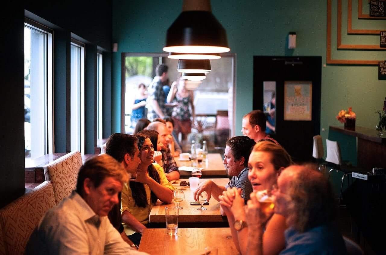מיתוג למסעדות - קהל במסעדה עם מיתוג עיסקי