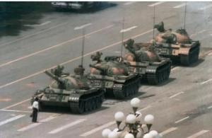 אדם אנונימי עוצר שיירת טנקים בכיכר טיאנמן, בייג'ינג, 5 ביוני 198